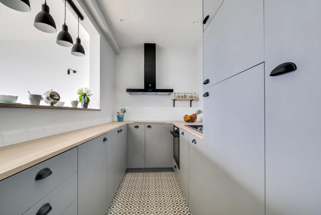 rénovation - cuisine sur mesure - gris clair - bois - carrelage graphique - poignées noires - carrelage métro - esprit industriel atelier