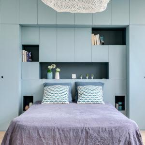 rénovation chambre tête de lit et dressing sur-mesure bleue avec verrière et suspension nuage