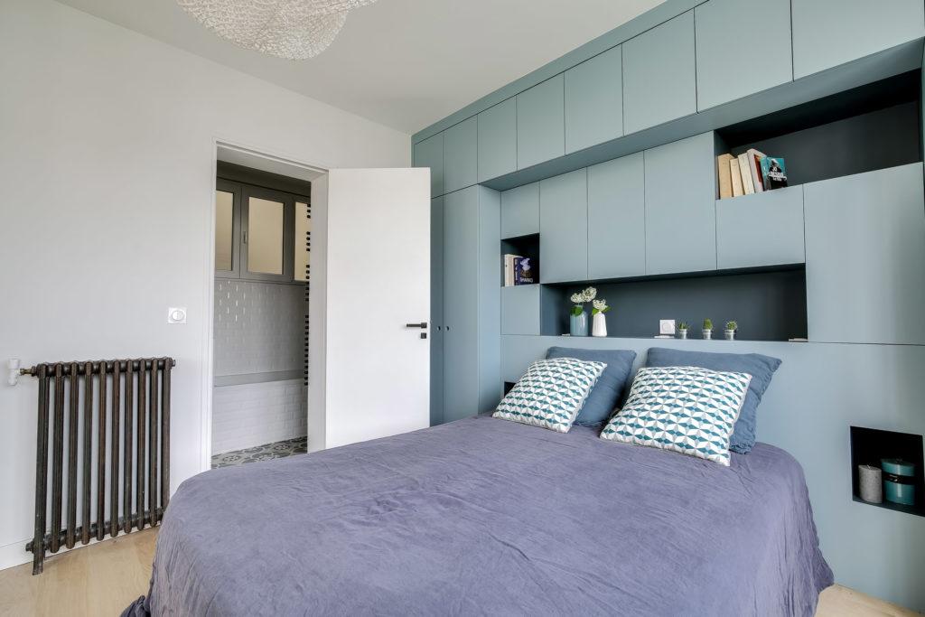rénovation chambre tête de lit et dressing sur-mesure gris bleu et vues sur la salle de bain