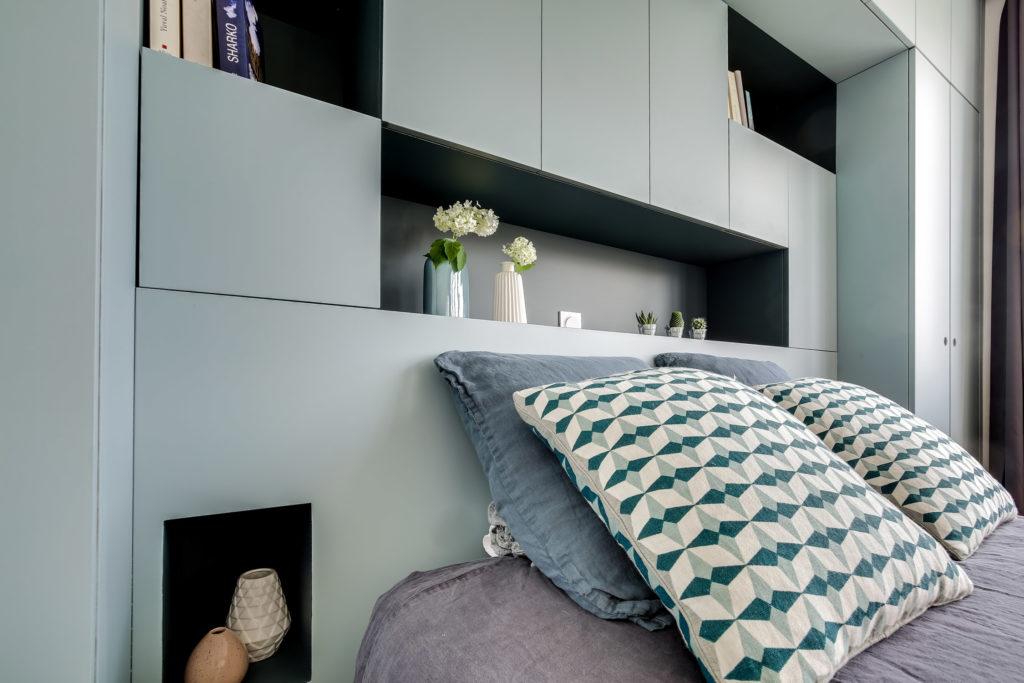 rénovation chambre tête de lit sur-mesure gris bleu avec niches murs et merveilles
