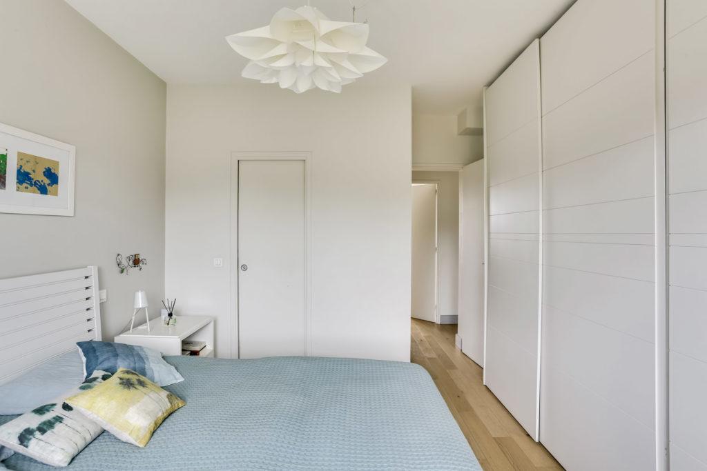 rénovation - chambre parentale - blanc bois - doux - dressing sur mesure blanc rainuré -