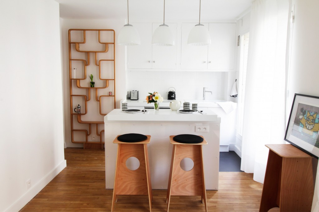rénovation - cuisine - blanc - poignées chromées - bar îlot - claustra bois