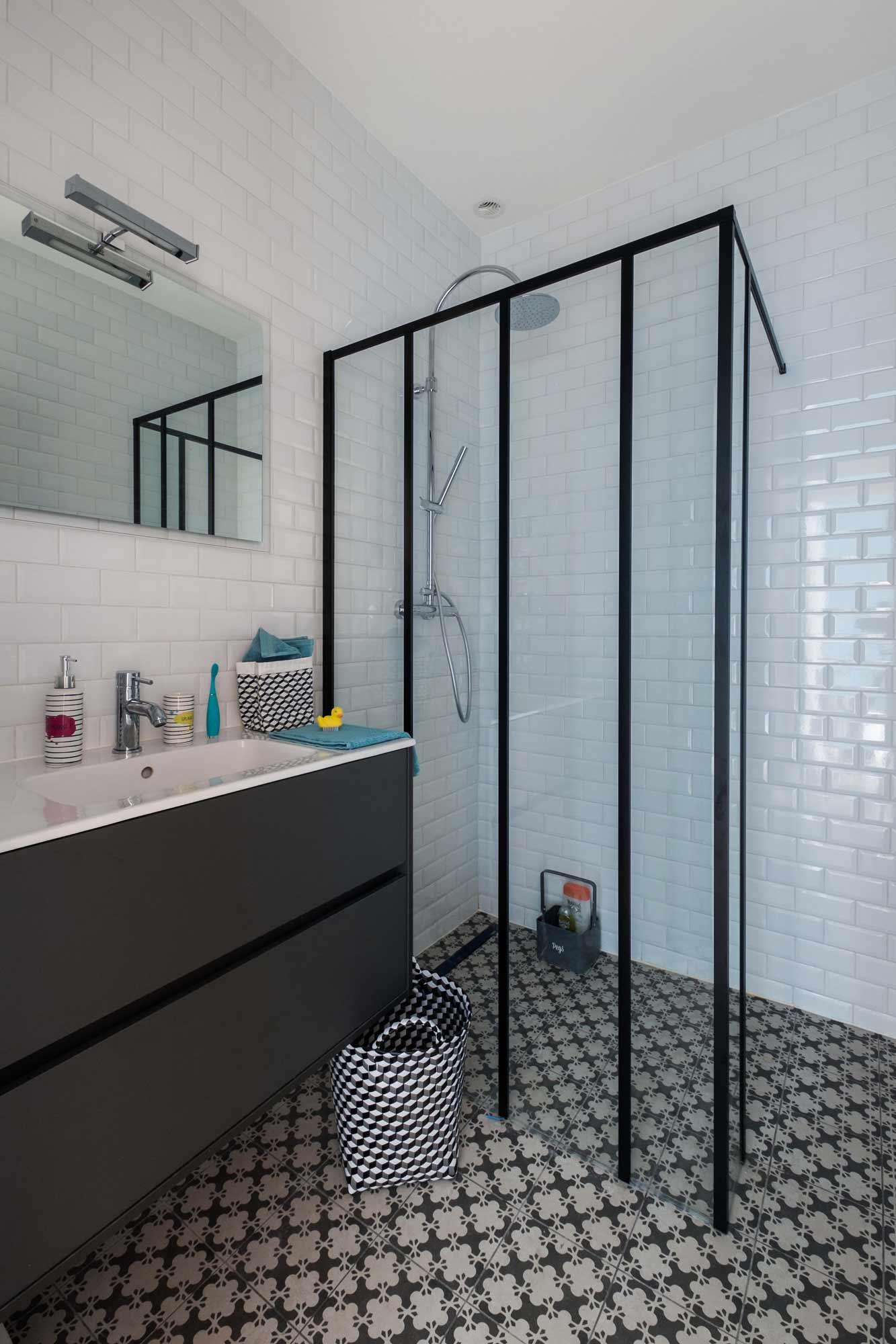 rénovation - salle de douche - verrière - carrelage métro - blanc - carrelage graphique