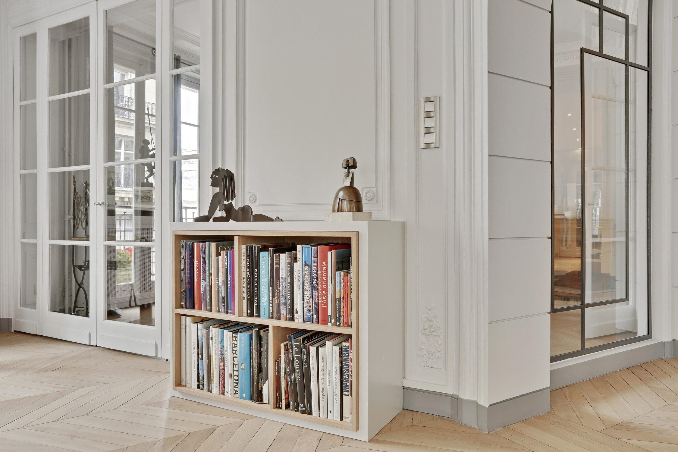 rénovation - appartement haussmannien - verrière sur mesure - blanc cassé et bois - bibliothèque sur mesure