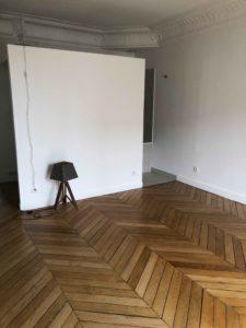 ancien studio avec coin cuisine et salle de bain avant travaux projet Wagram murs et merveilles