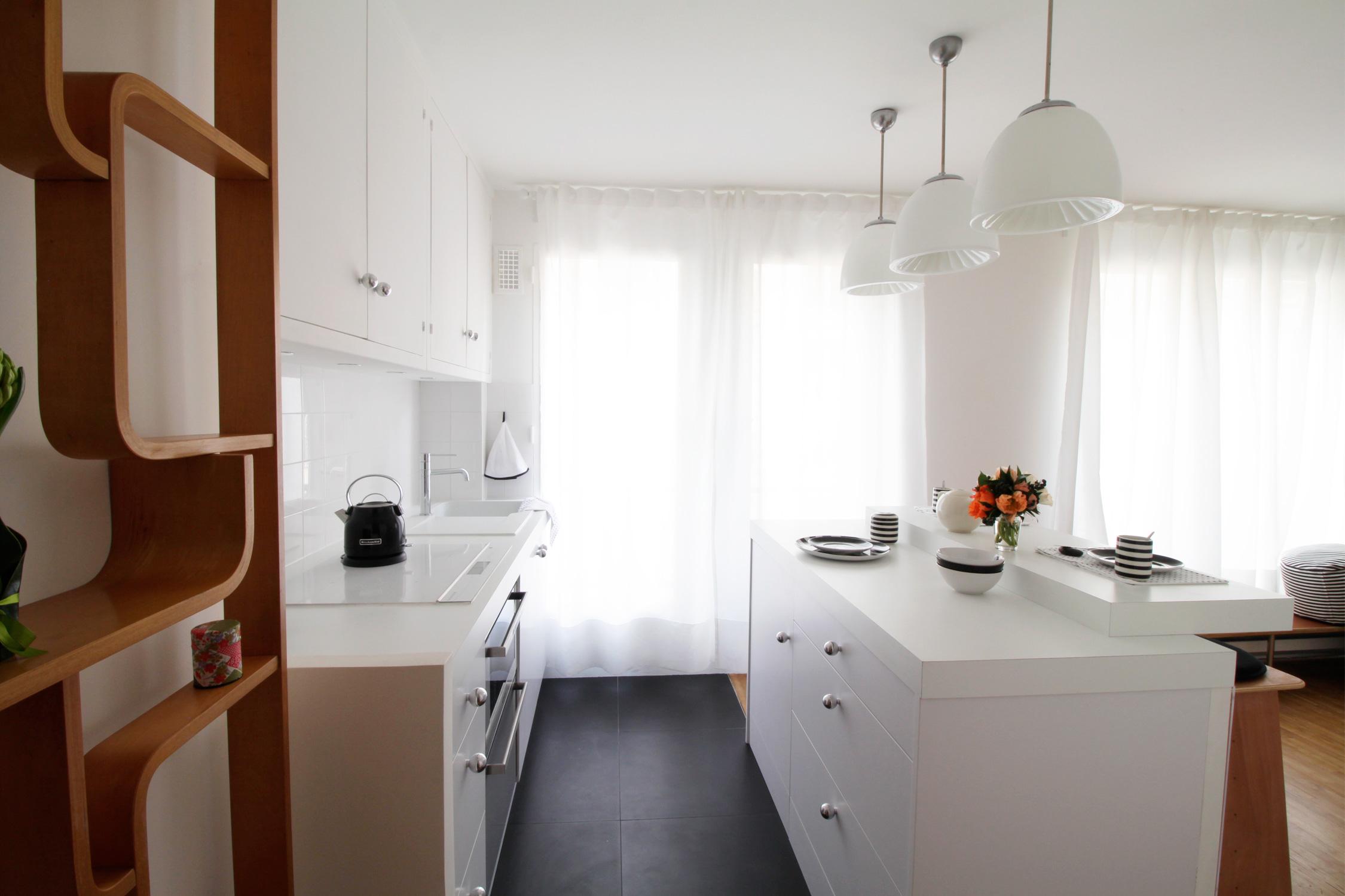 Murs et merveilles - rénovation appartement pairs cherche-midi - studio - cuisine blanche sur-mesure avec ilot