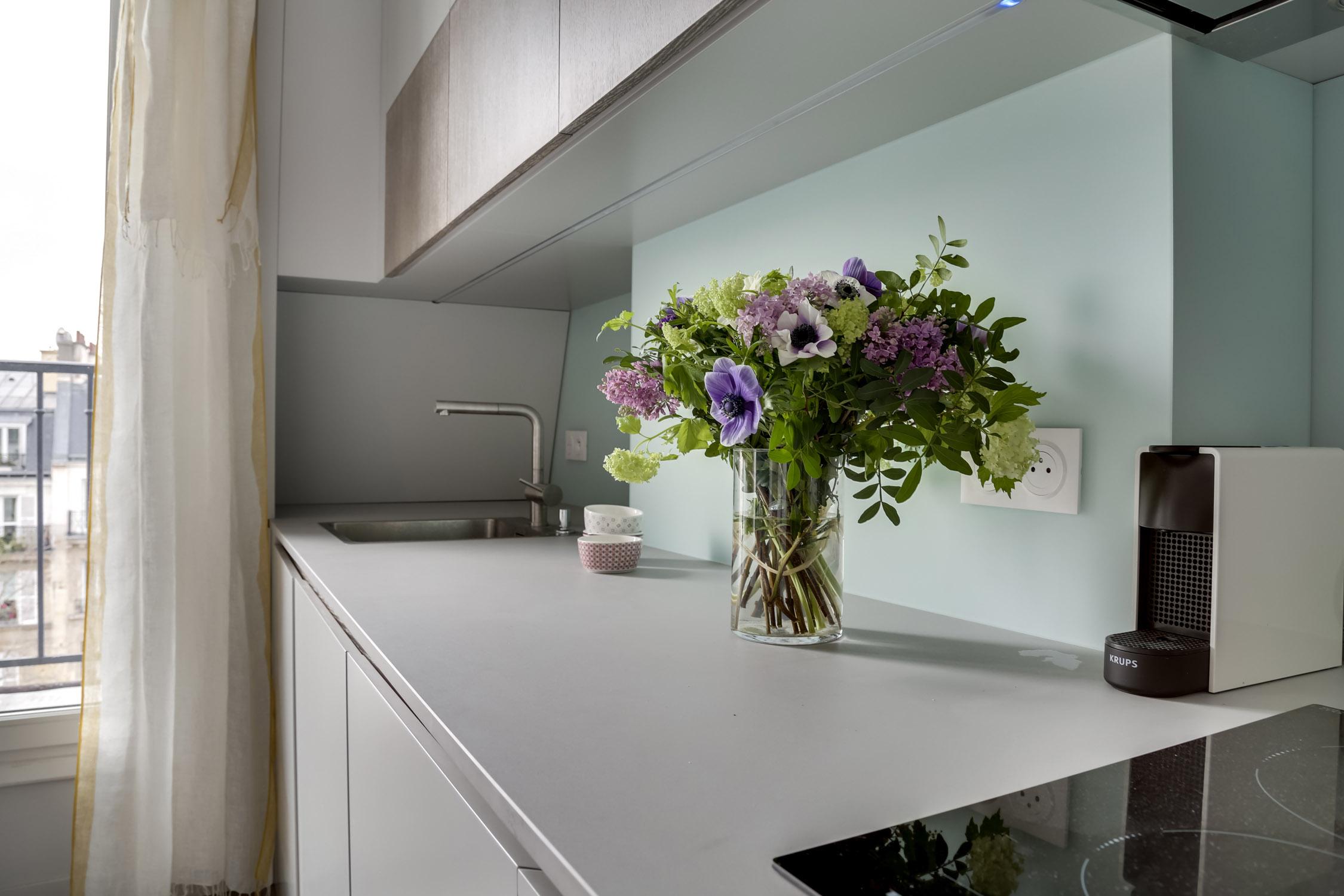 cuisine sur-mesure en laque plan de travail céramique et crédence en verre murs et merveilles