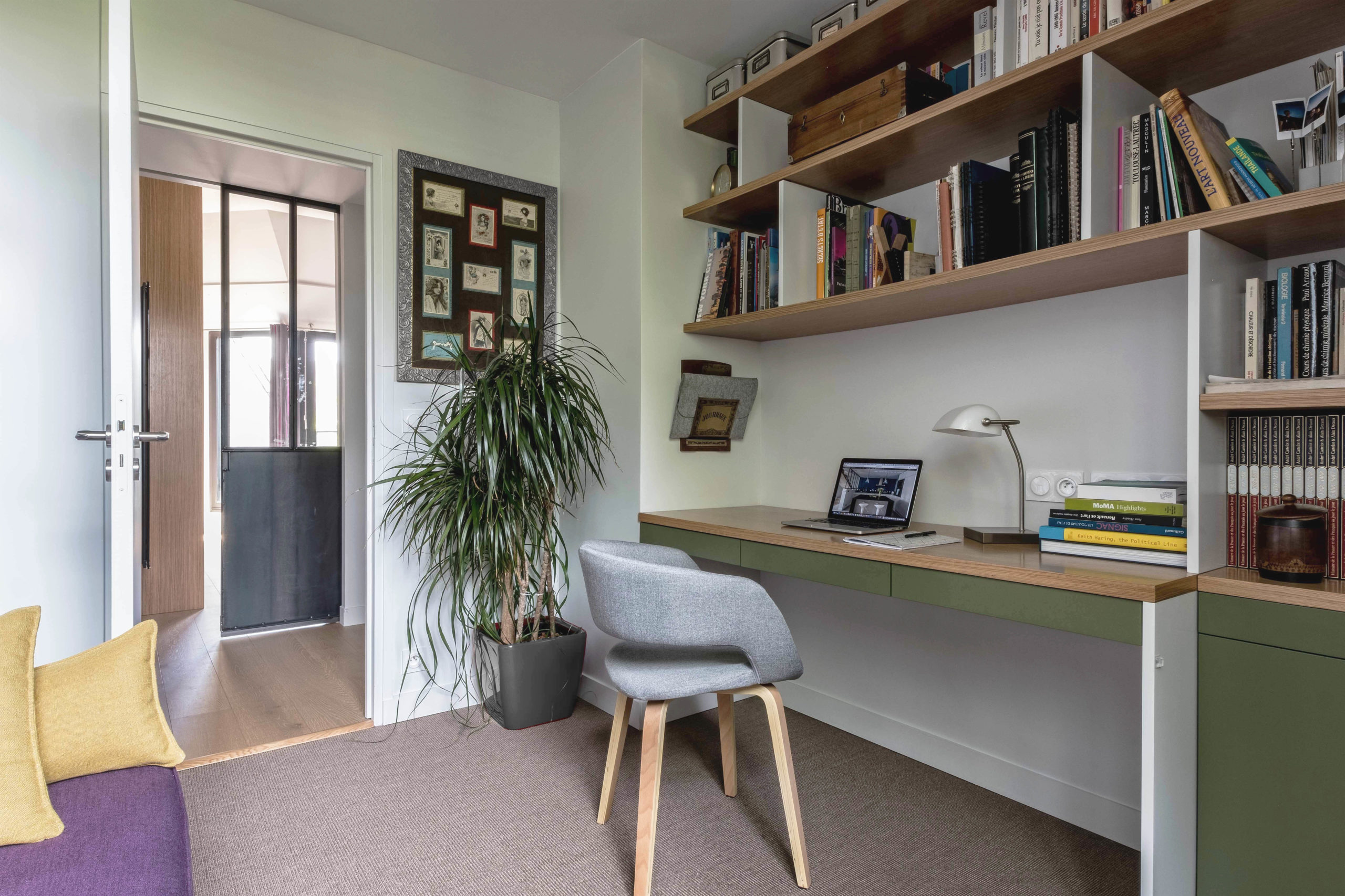 bureau sur mesure en laque et chêne avec etagères et rangements murs et merveilles