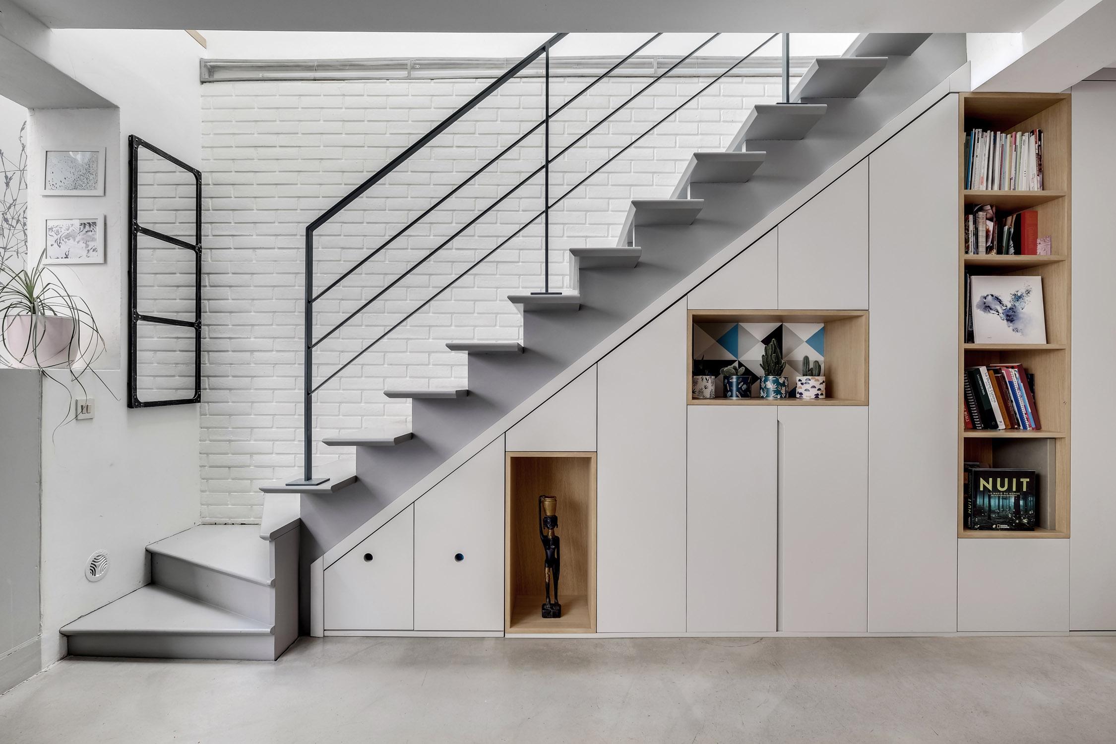 agencement sur-mesure sous escalier en laque et chêne clair maison père lachaise murs et merveilles