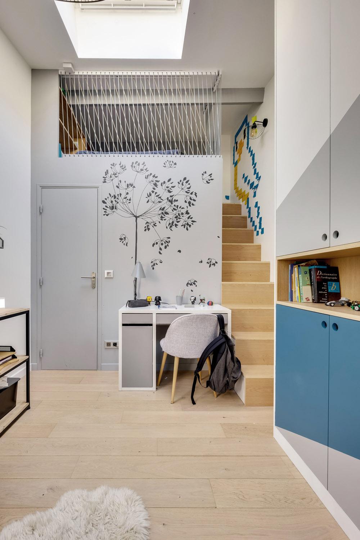 chambre enfant avec mezzanine escaliers en contreplaqué et décor mural Mel et Kio murs et merveilles