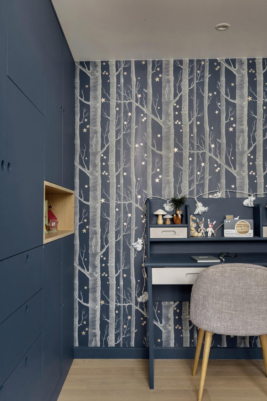 chambre enfant bleu nuit avec papier peint Cole and son Woods et rangements sur-mesure murs et merveilles