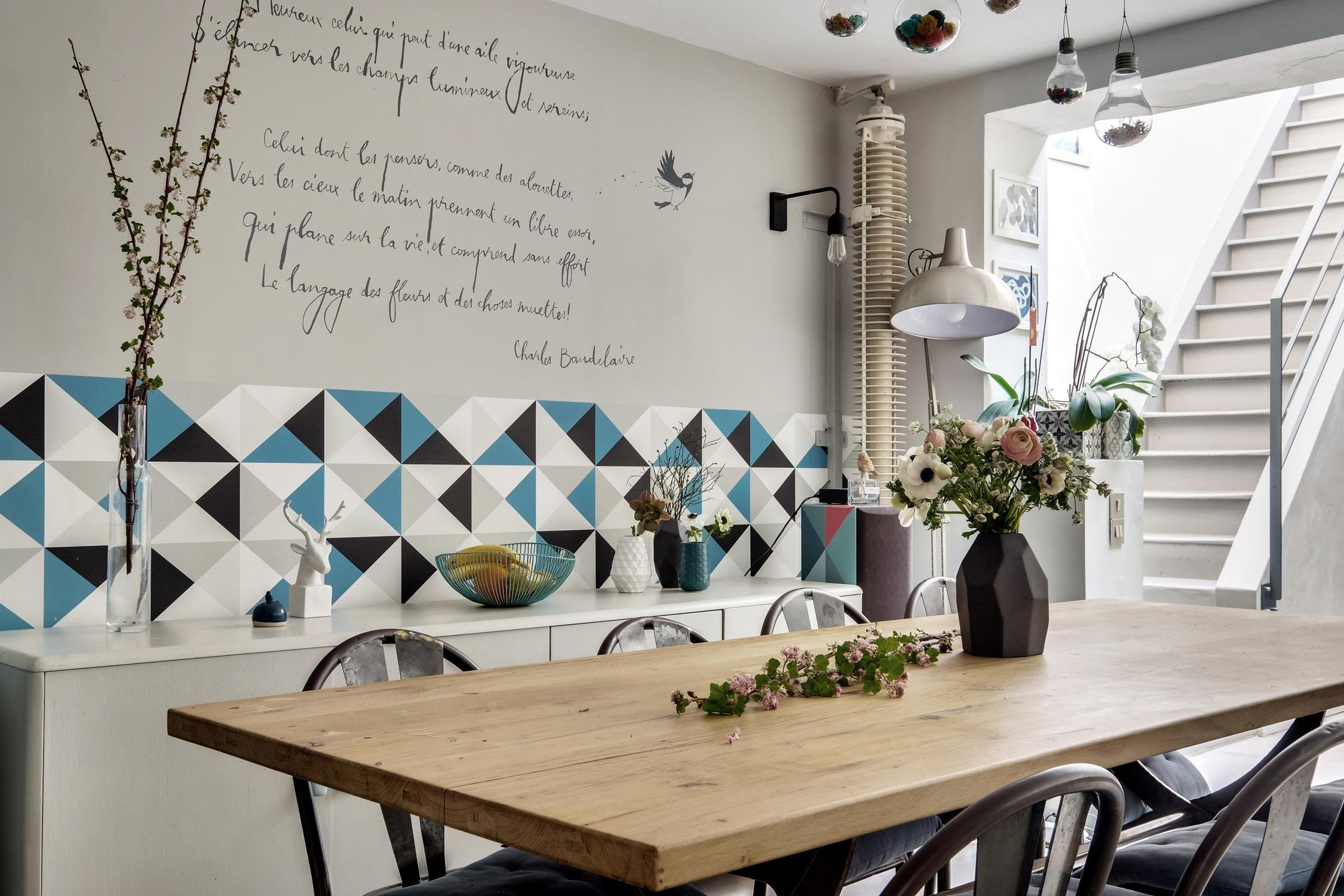 salle à manger table en chêne et papier-peint graphique poème Baudelaire rénovation murs et merveilles