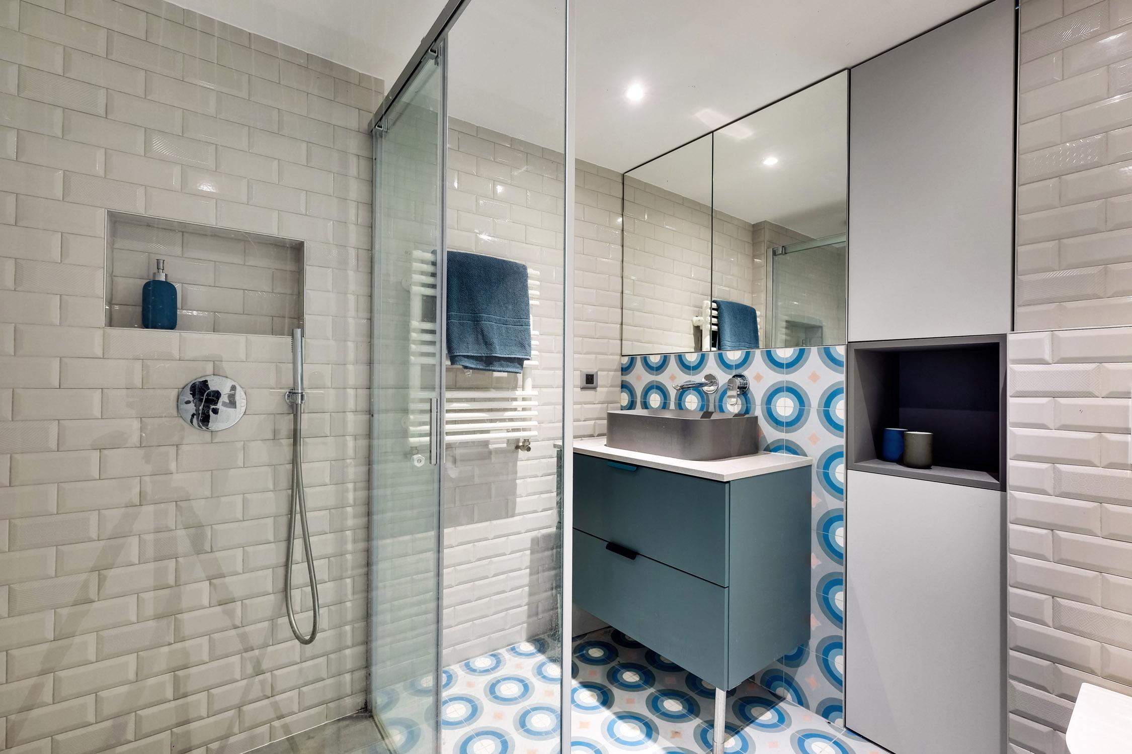 salle de bain gris et bleu carreaux de ciment faïence métro douche italienne murs et merveilles