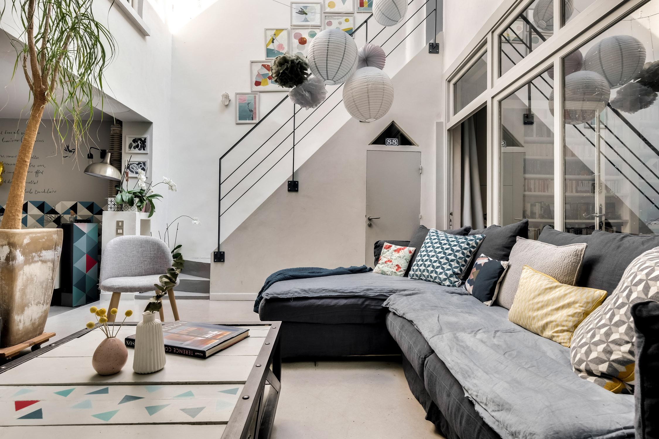 salon bohème avec escalier et garde-corps sur-mesure rénovation murs et merveilles