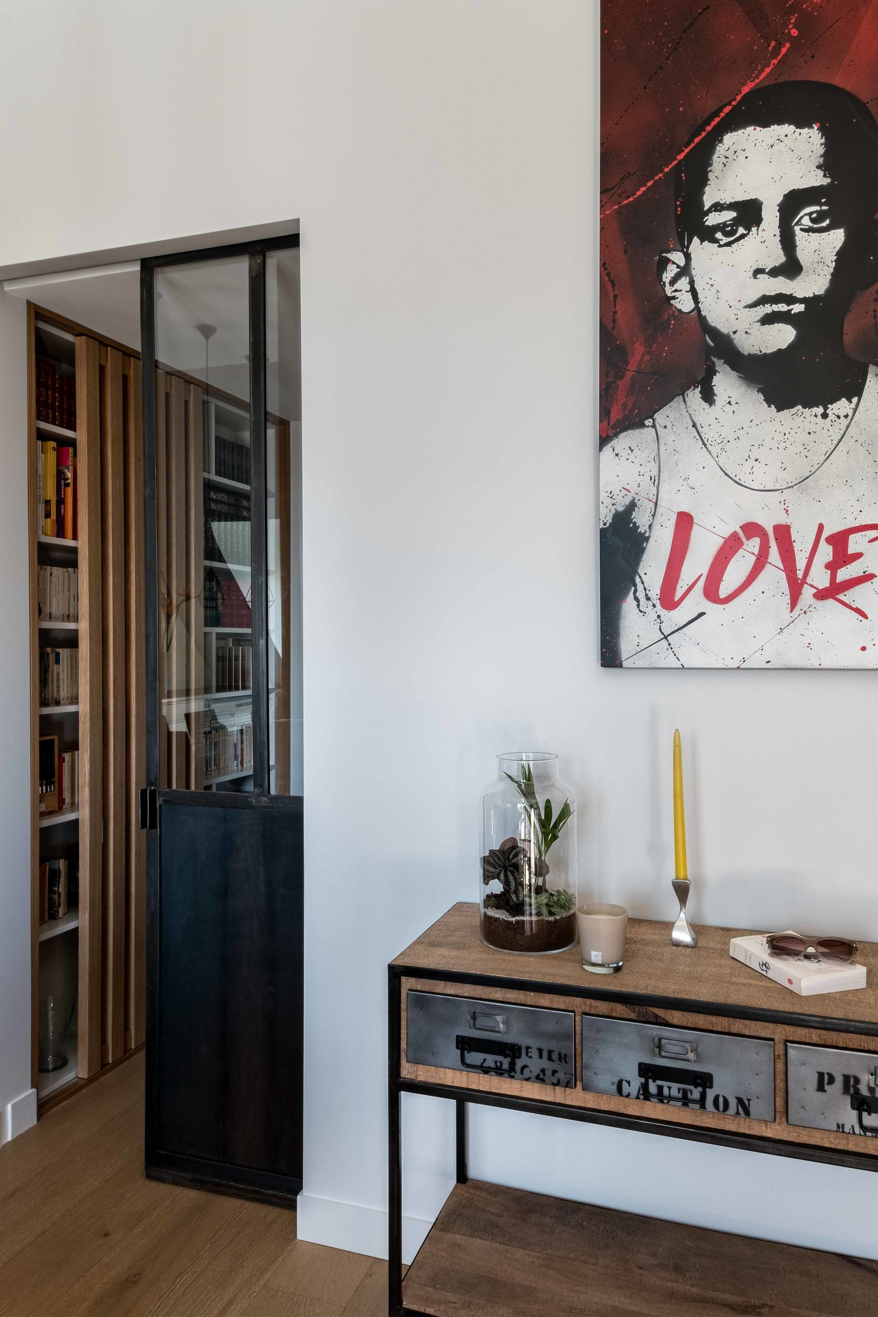 porte verrière à glandage esprit atelier avec vue sur la bibliothèque du couloir