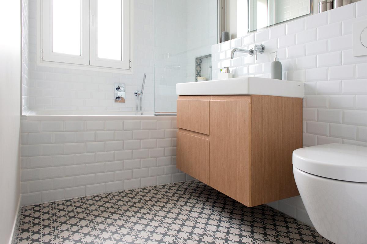 salle de bain avec carrelage mutina Patricia urquiola meuble sur mesure et faïence métro rénovation murs et merveilles