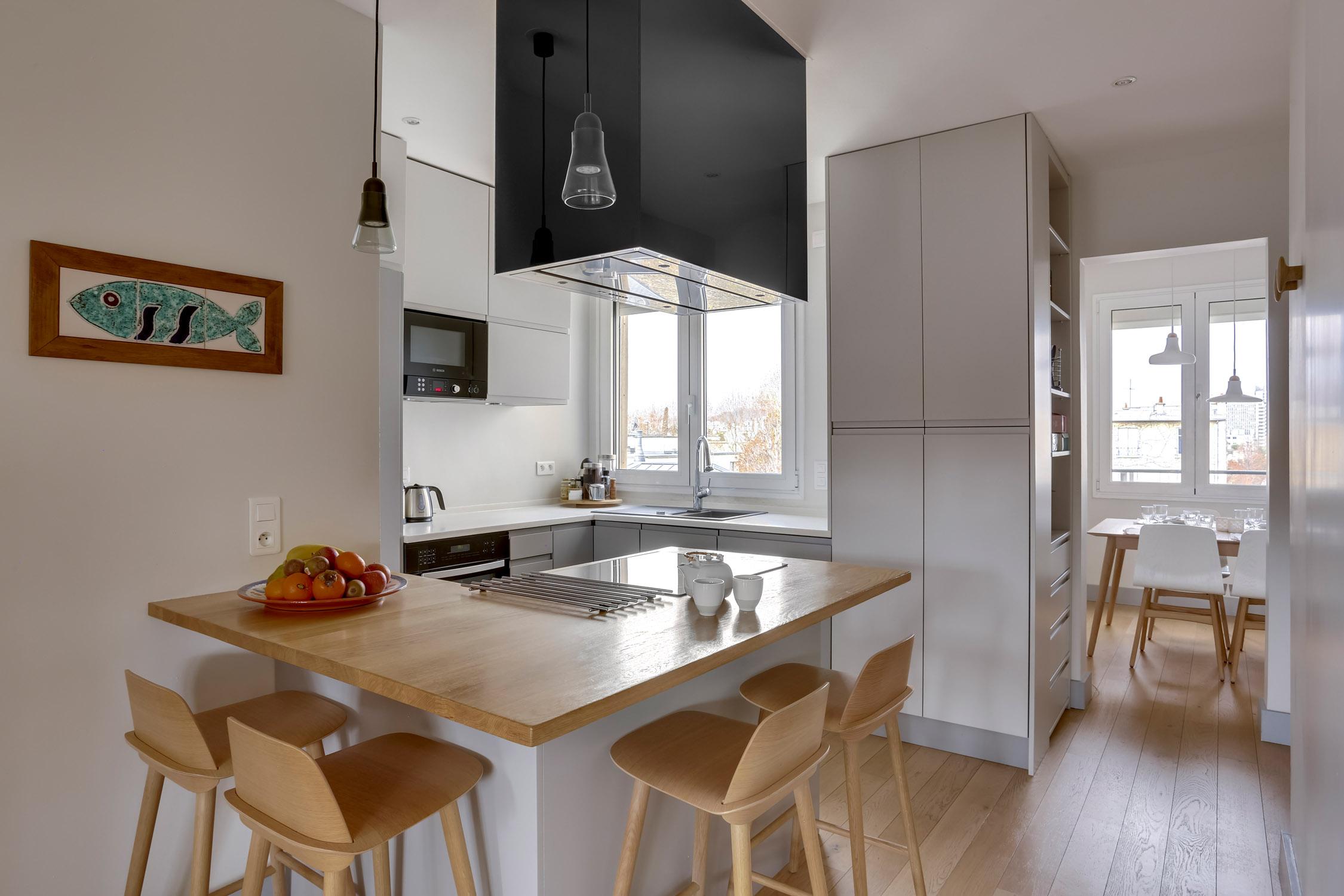 ilot cuisine laque et chêne et hotte noire rénovation murs et merveilles