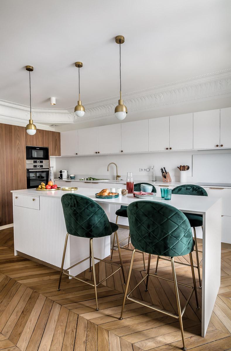 cuisine appartement haussmannien avec îlot en silestone  et meubles en noyer projet Wagram murs et merveilles