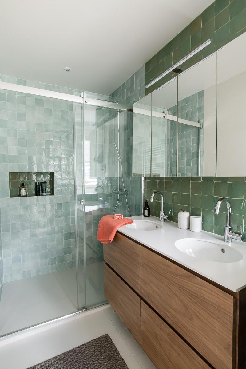 salle de douche parentale zelliges vert d'eau et kaki meuble avec deux vasques sur-mesure noyer murs et merveilles