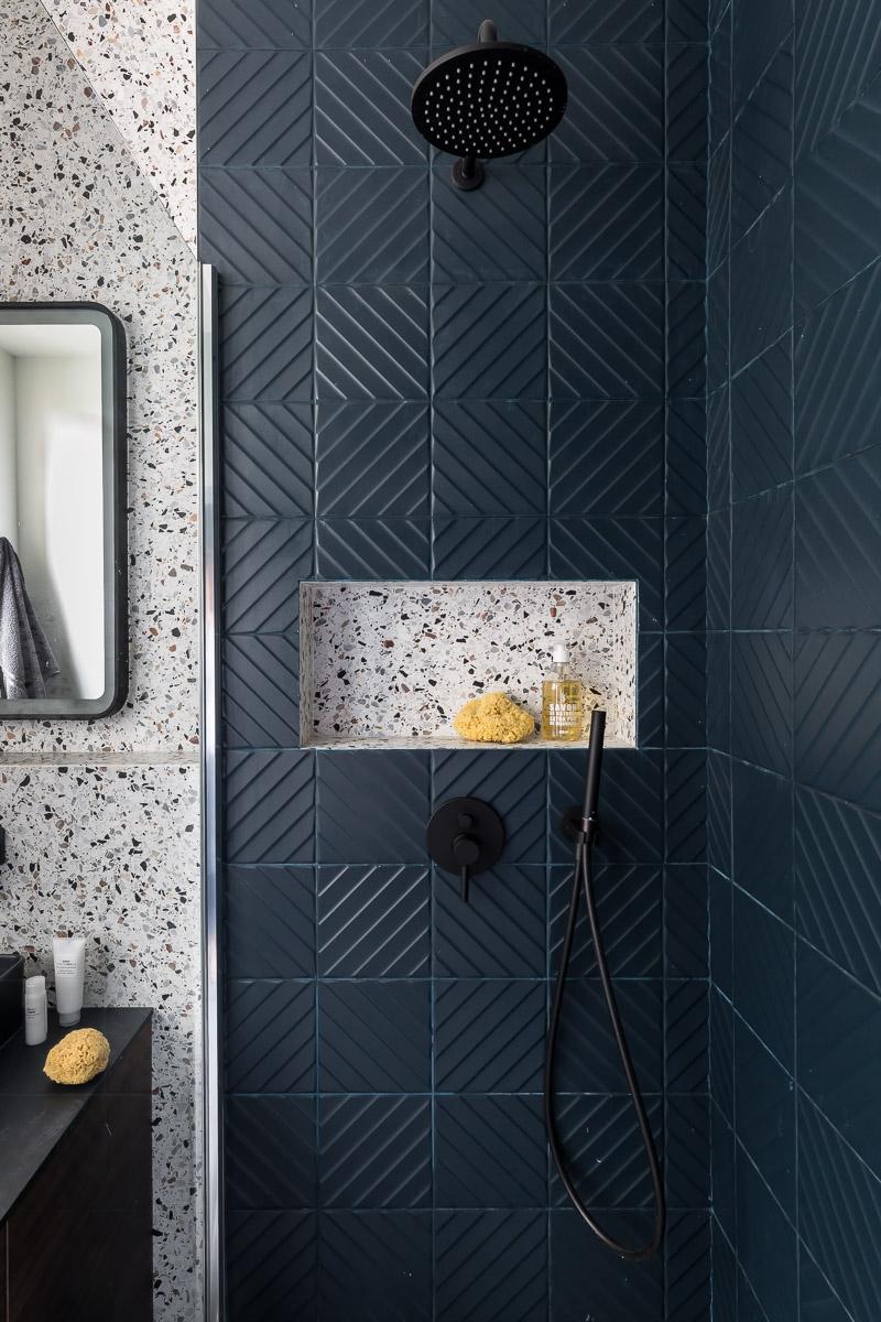 Rénovation - salle de bain -Douche à l'italienne- carrelage bleu - Terrazzo