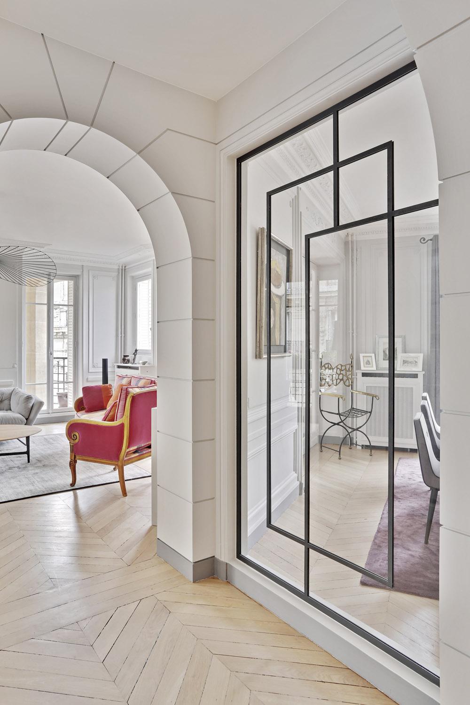 verrière sur-mesure esprit art Deco dans un appartement haussmannien réalisation murs et merveilles