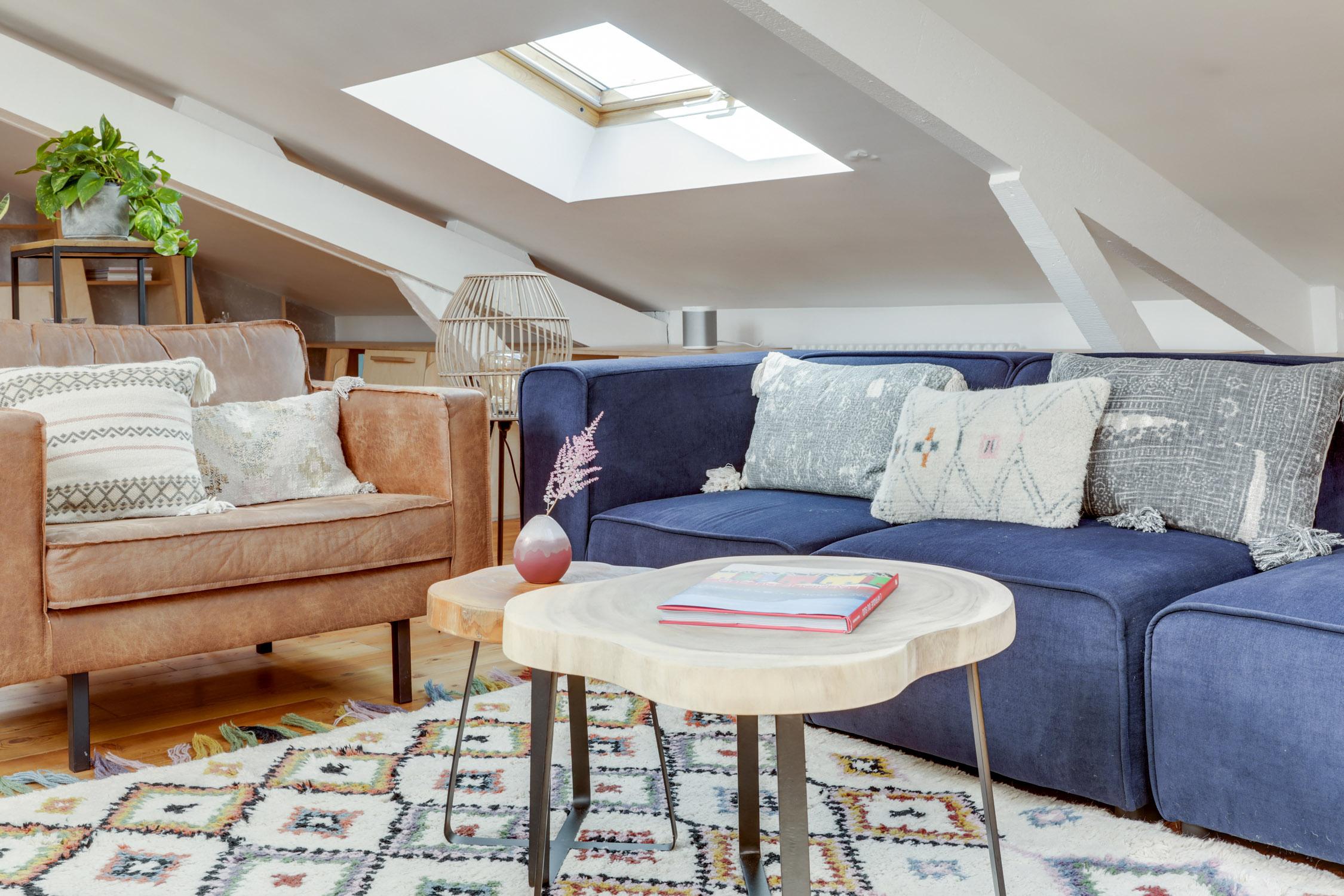 Rénovation - sous les combles - salon séjour - blanc et bleu - architecte d'intérieur - murs et merveilles