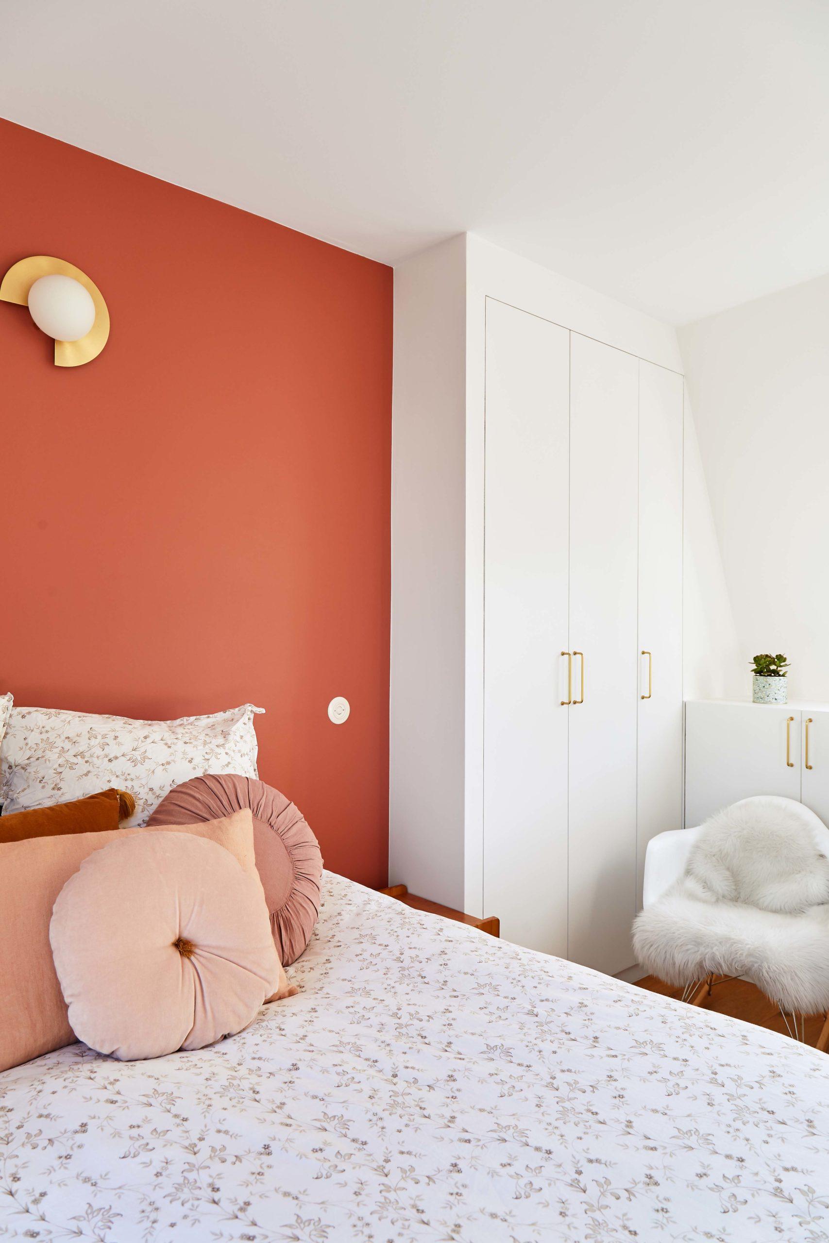 chambre parentale terracotta et dressing blanc fauteuil bascule avec plaid