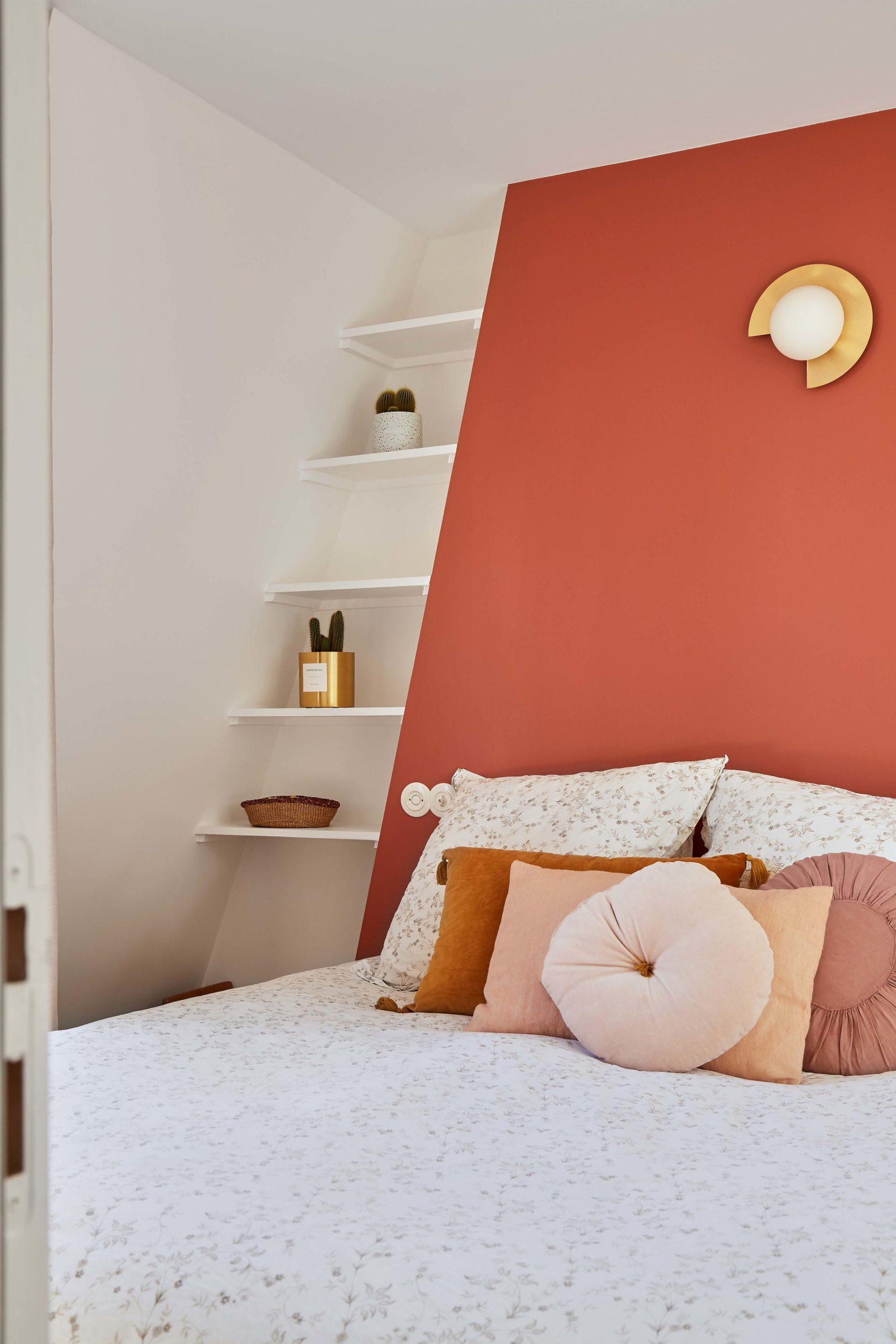chambre parentale terracotta avec étagères murs et merveilles