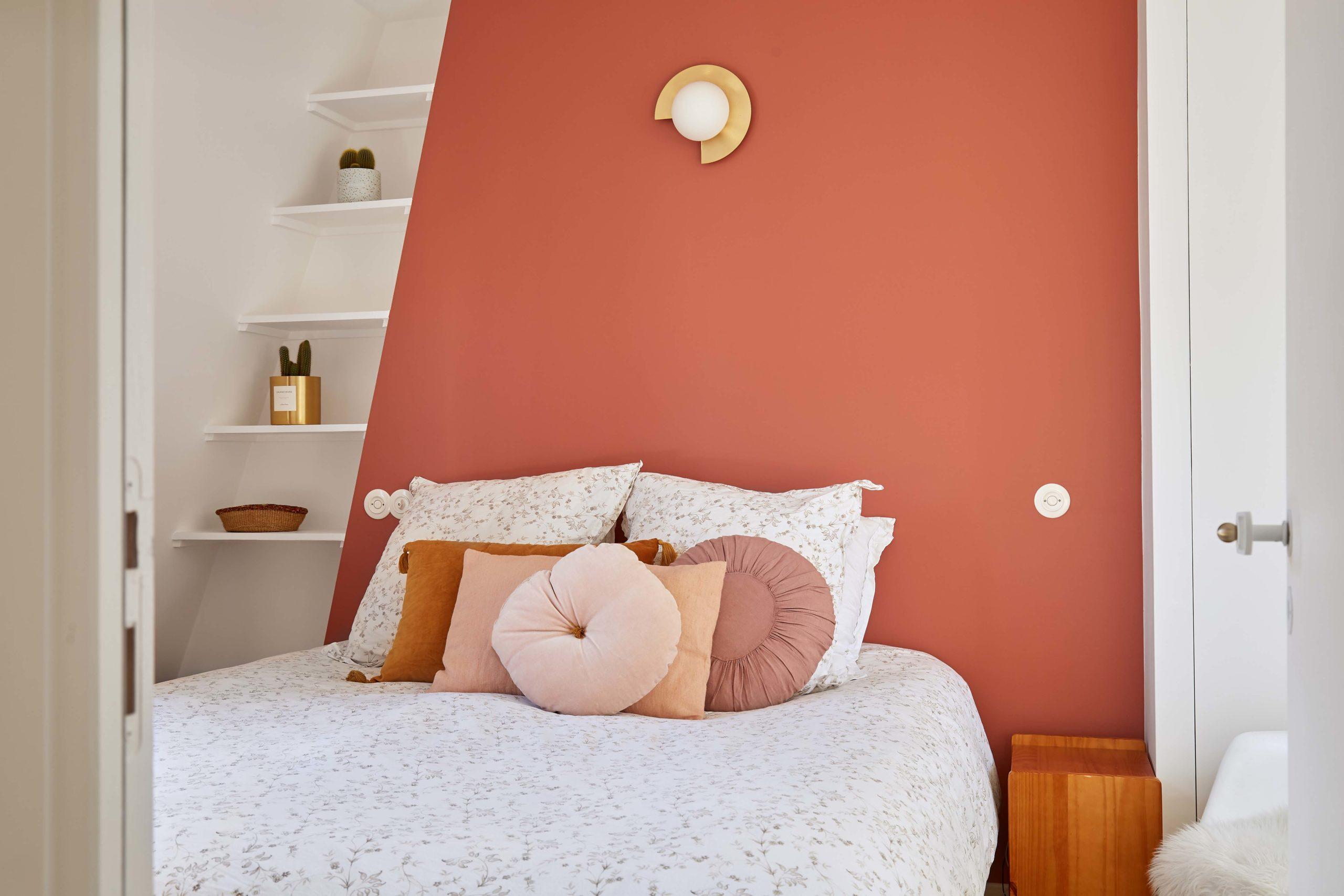 chambre parentale avec mur terracotta murs et merveilles