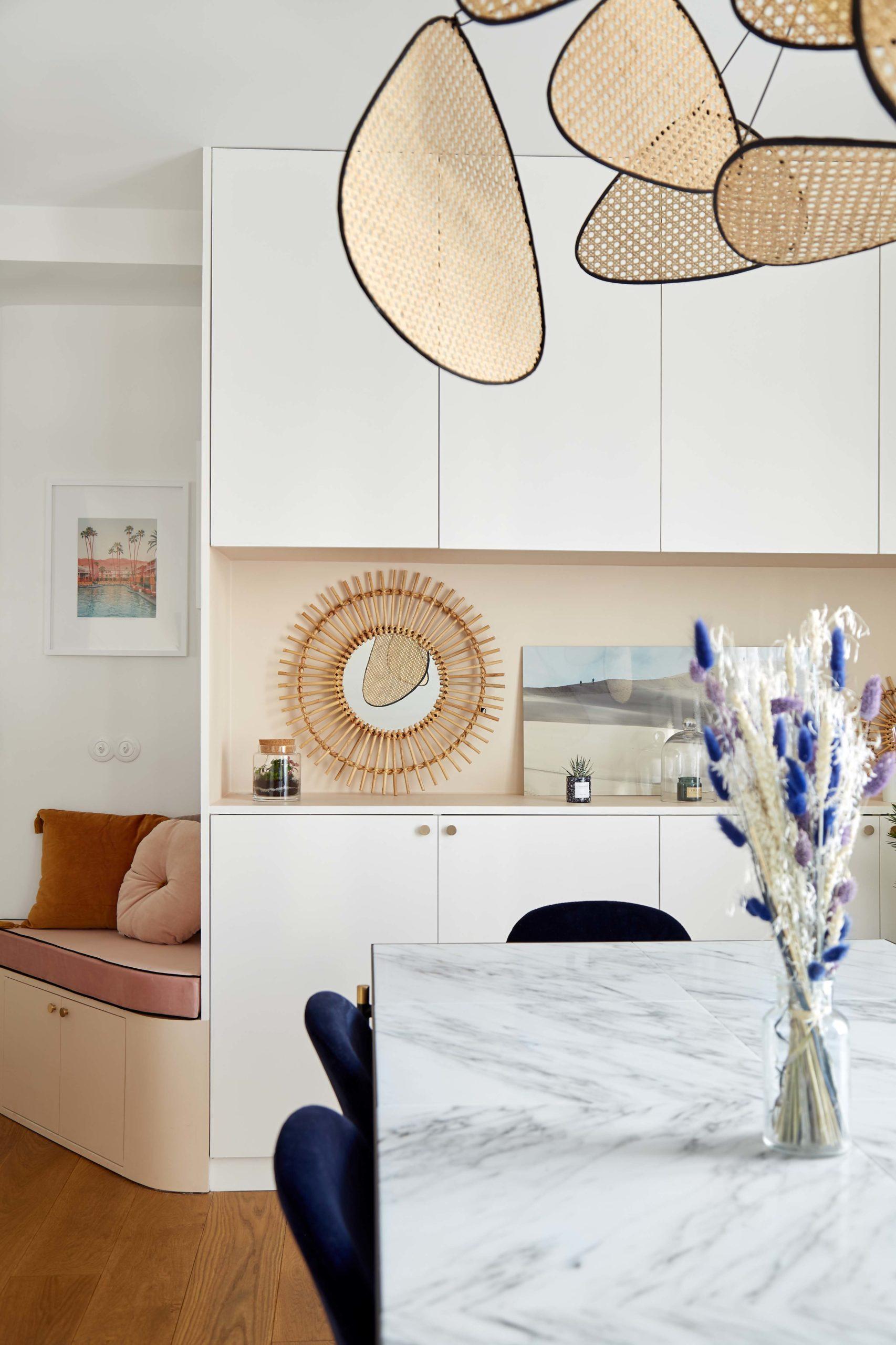 salle à manger avec table en marbre suspension market set et bibliothèque