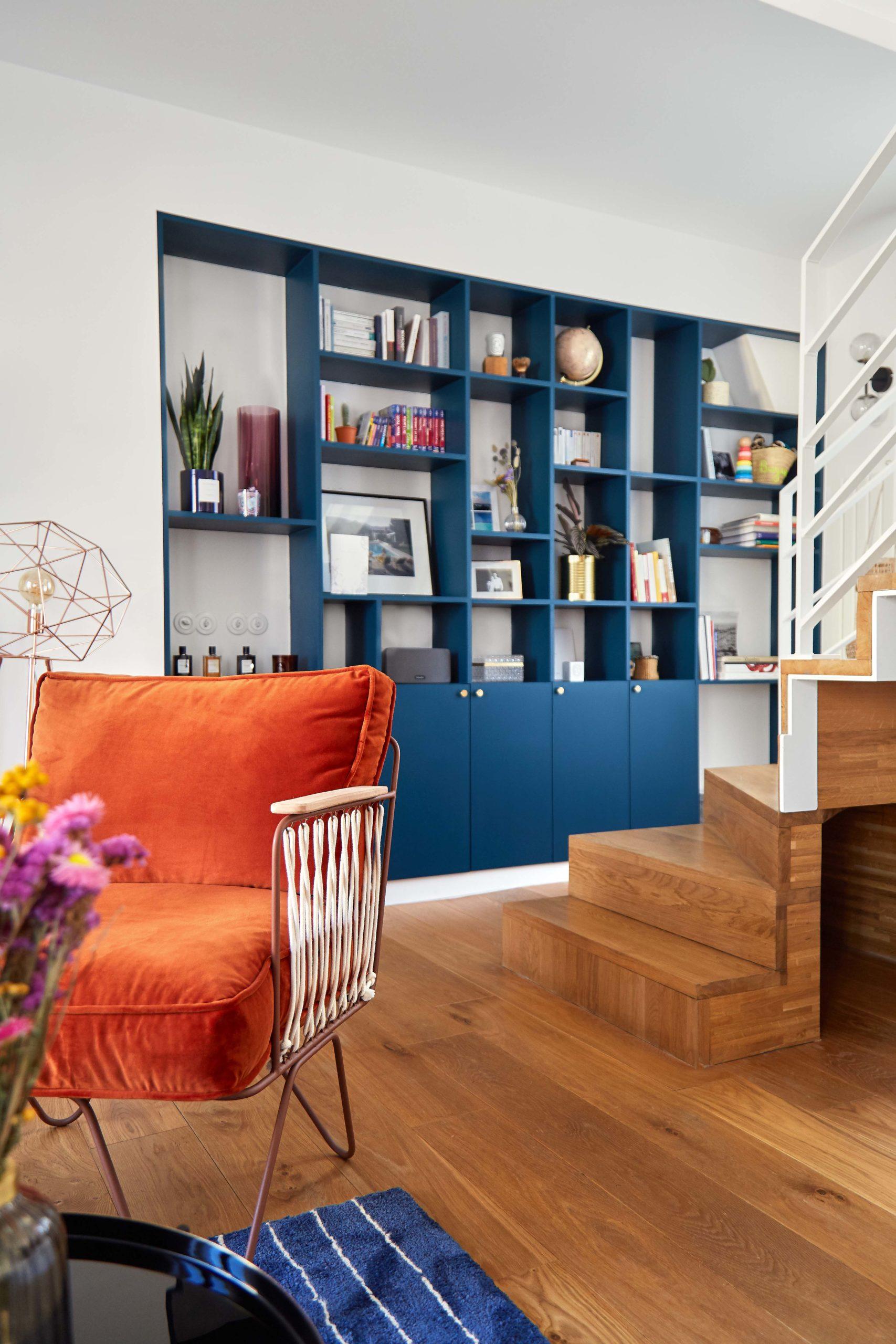 salon avec bibliothèque sur-mesure bleu nuit murs et merveilles