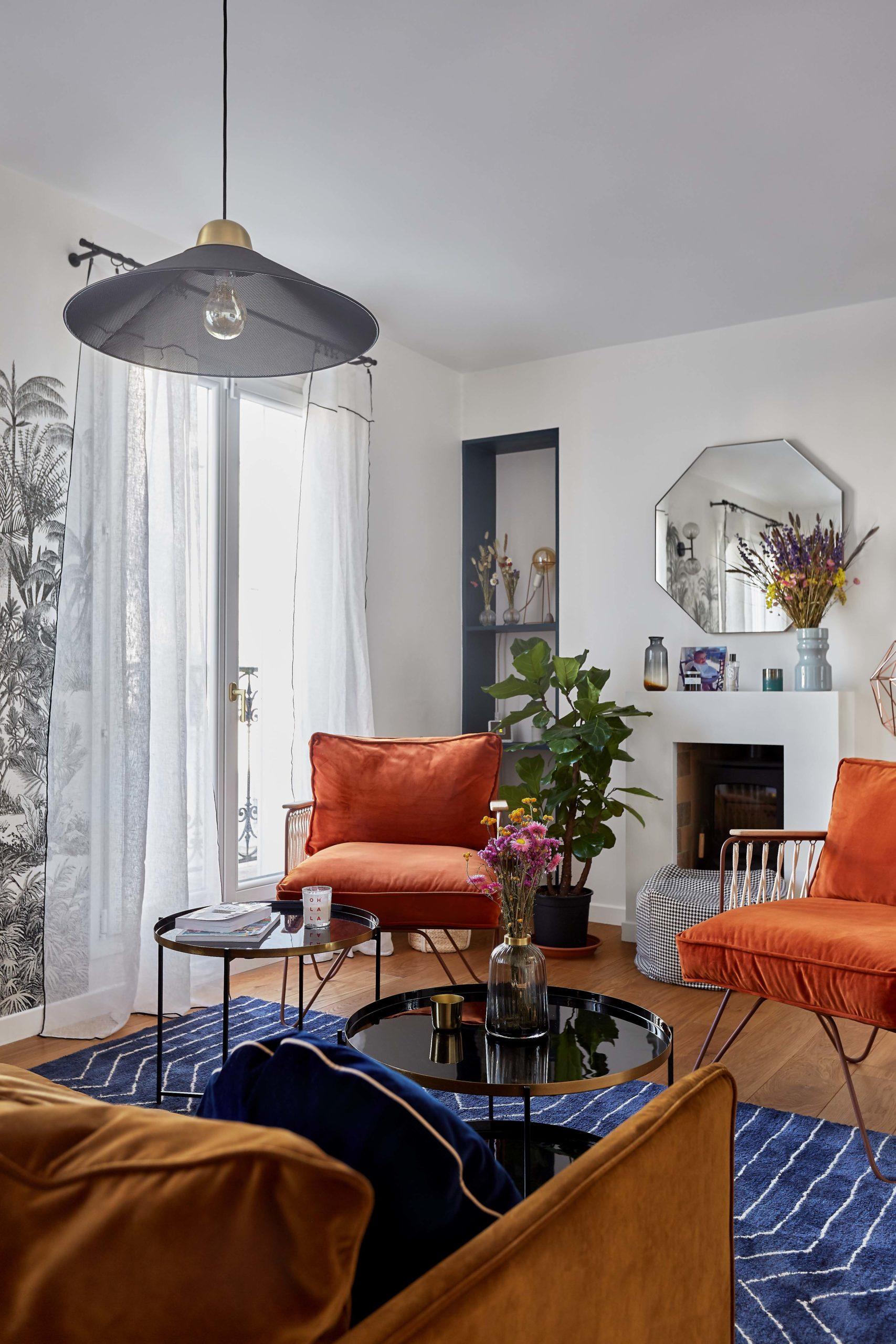 salon avec fauteuils orange Honoré cheminée et papier-peint panoramique isidore leroy murs et merveilles
