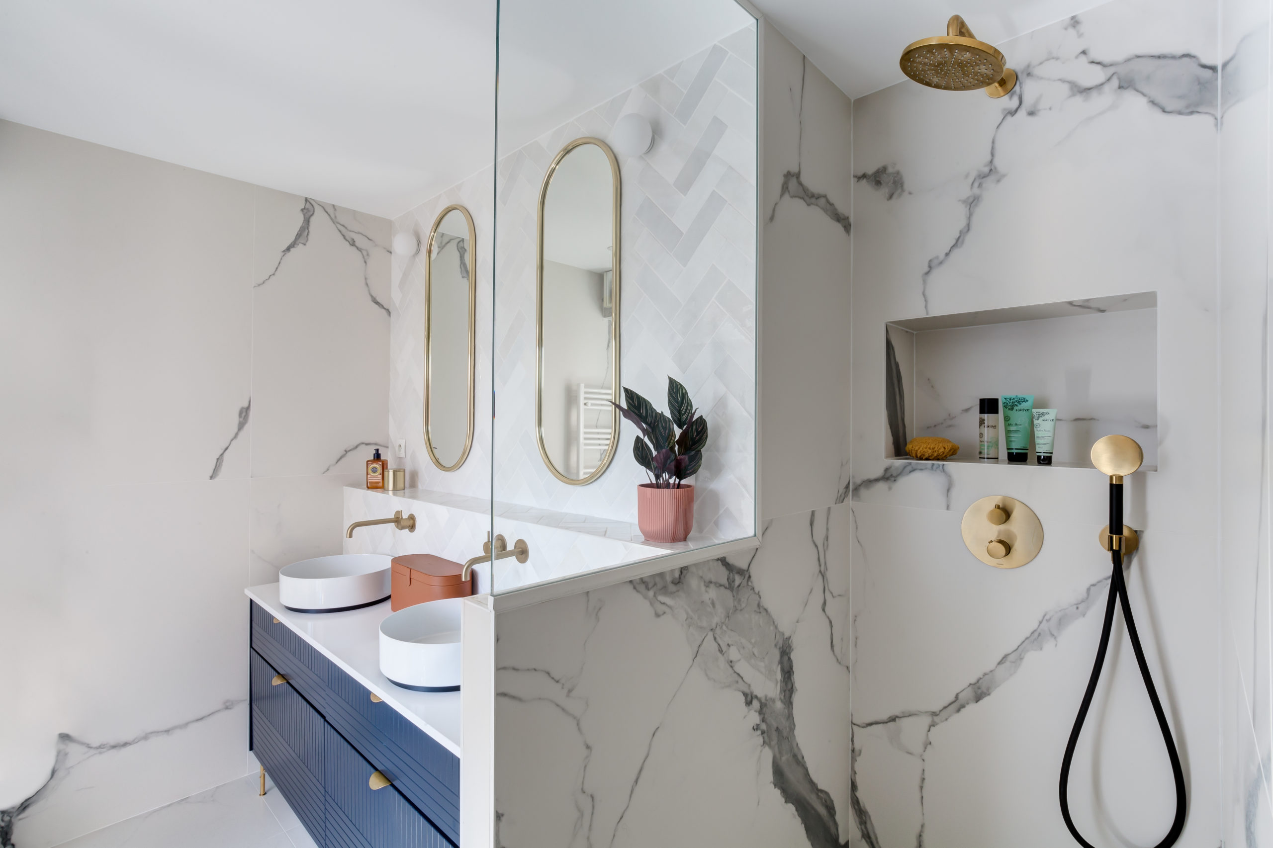 Rénovation - salle de bain -douche à l'italienne- marbre blanc - bois
