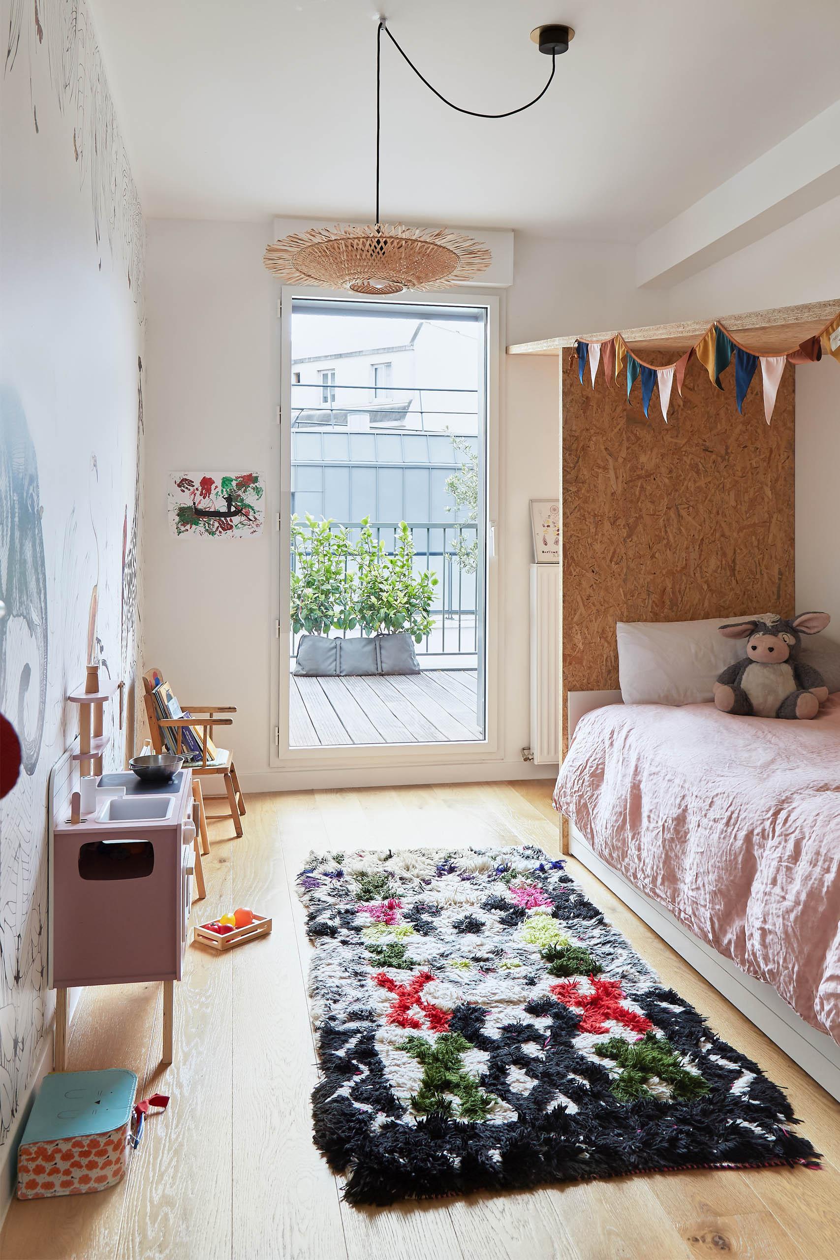 chambre petite fille avec lit cabane sur-mesure et papier-peint panoramique Les domino tiers rénovation murs et merveilles